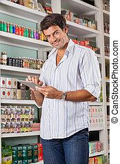 mann, kunde, mit, digital tablette, in, kaufmannsladen