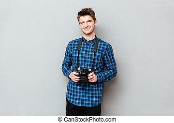 mann, lächeln, fotoapperat, halten hände