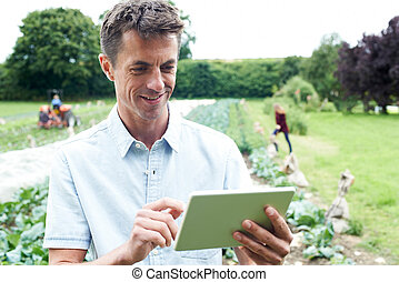 mann, landwirtschaftlicher arbeiter, gebrauchend, digital tablette, in, feld