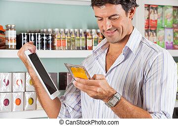 mann, mit, digital tablette, prüfung, produkt, in, kaufmannsladen