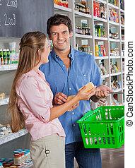 mann, mit, frau- einkaufen, in, lebensmittelgeschäft