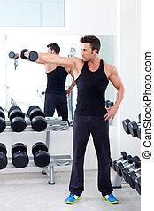 mann, mit, gewichtstraining, ausrüstung, auf, sport, turnhalle