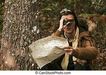 mann, mit, landkarte, und, fernglas, in, der, wälder