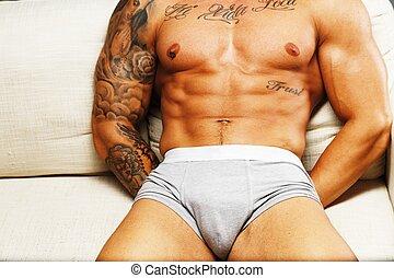 mann, mit, schöne , muskulös, tätowierte, oberkörper, in, unterwäsche, lügen sofa