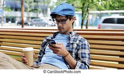 mann, mit, smartphone, kaffeetrinken, auf, stadtstraße, 15