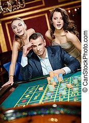 mann, mit, zwei frauen, spielende , roulett, an, der, kasino