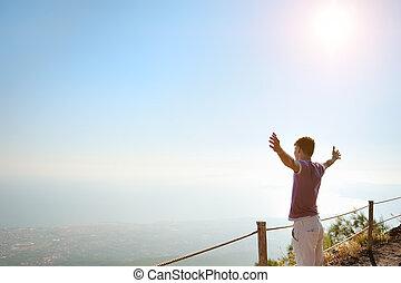 mann, oben, a, berg, sehen, horizont
