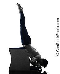 mann, pilates, stuhl, übungen, fitness, freigestellt
