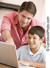 mann, portion, junger junge, in, kueche , mit, laptop, lächeln