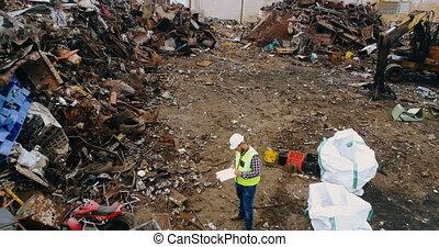 mann, prüfung, schrott, in, scrapyard, 4k
