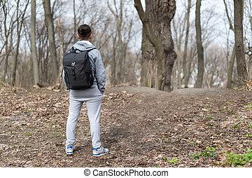 mann, reisender, mit, rucksack, wandern, in, der, fruehjahr, wald, ruhen, der, hügel, top., reise, und, sport, lebensstil, concept., extrem, urlaube, outdoor.