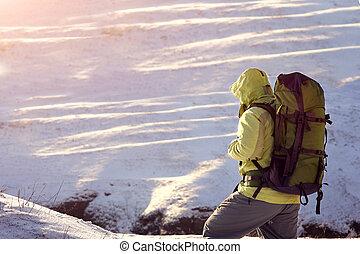 mann rucksack, trecken, in, berge., kaltes wetter, schnee,...
