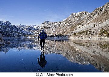 mann, schlittschuhfahren, auf, bergsee