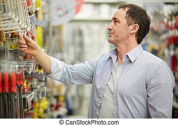 mann, shoppen, in, baumarkt