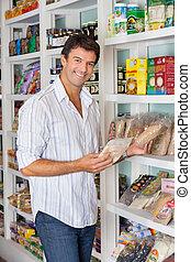 mann, shoppen, in, lebensmittelgeschäft