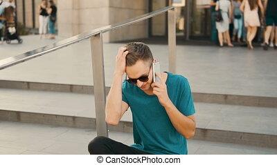 mann sitzen, treppe, und, telefonierende