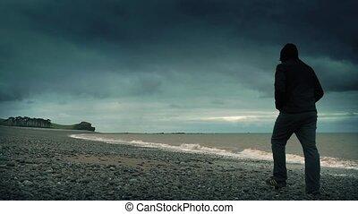 mann, spaziergänge, auf, felsiger strand, in, sturm