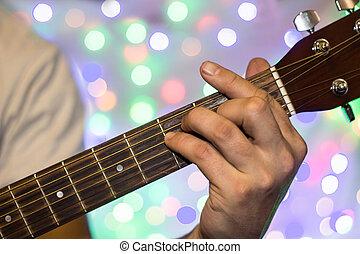 mann, spielende , auf, akustisch, guitar., closeup, finger, auf, gitarre hals, gegen, weihnachten, verwischt, bokeh, lichter, hintergrund