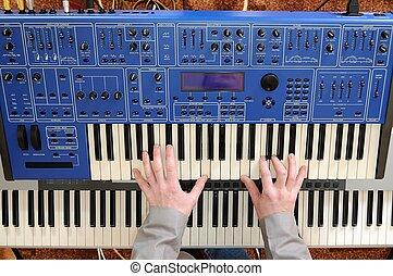mann, spielende , synthesizer