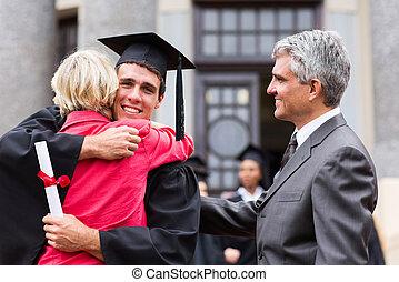mann, staffeln, umarmen, seine, mutter, an, studienabschluss
