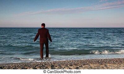 mann stehen, auf, sandstrand, dann, gehen, und, eingetaucht,...