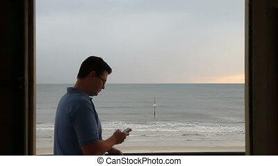 mann, texting, vor, szenische ansicht