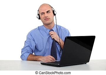 mann, tragen, kopfhörer, vor, seine, laptop