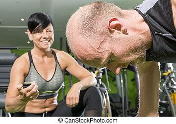 mann- trainieren, mit, fitness, trainer, besitz, zeitgeber, in, der, hintergrund