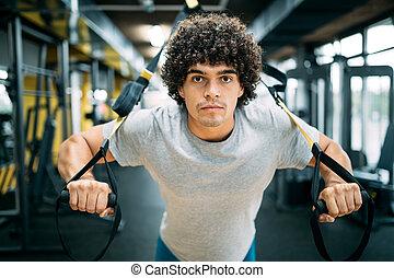mann, training, mit, trx, aufhängung, an, fitneßklub