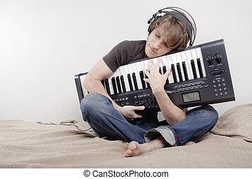 mann, umarmungen, a, midi-keyboard