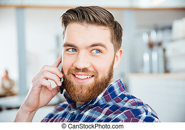 mann- unterhaltung, telefon, in, kaffeestube