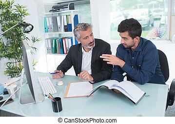 mann- unterhaltung, zu, sie, mitarbeiter, an, arbeitsplatz