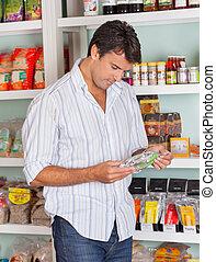 mann, wählen, produkt, in, kaufmannsladen