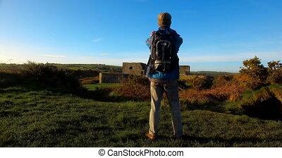 mann, wanderer, wandern, in, landschaft, 4k