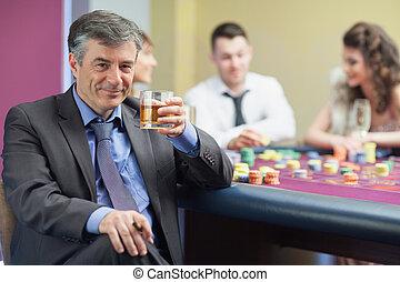 mann, whiskey, trinken, tisch, roulett
