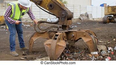 mannelijke , arbeider, kijken naar, machine, 4k
