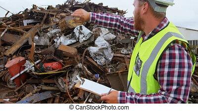 mannelijke , arbeider, werkende , in, de, junkyard, 4k