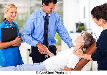 mannelijke arts, groet, senior, patiënt, voor, onderzoek
