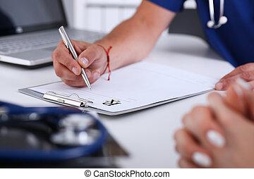mannelijke arts, hand, schrijf, recept, op, kantoor, worktable