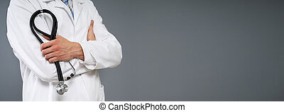 mannelijke arts, houdend stethoscope, close-up