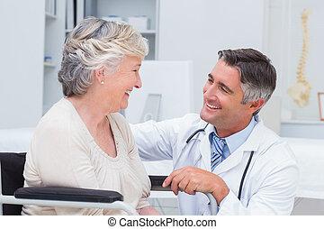mannelijke arts, kijken naar, vrouwlijk, patiënt