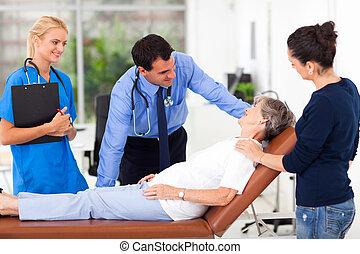 mannelijke arts, sprekend aan, senior, patiënt