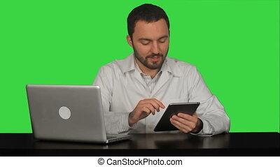 mannelijke arts, vasthouden, digitaal tablet, en, klesten, met, zijn, patiënt, op, een, groene, scherm, chroma, klee