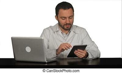 mannelijke arts, vasthouden, digitaal tablet, en, klesten, met, zijn, patiënt, op wit, achtergrond