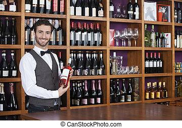 mannelijke , barman, vasthouden, rode wijn, fles, in, winkel