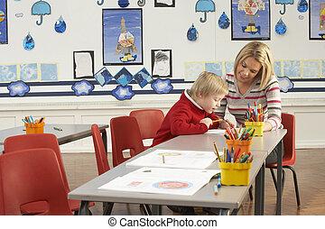 mannelijke , basisschool, pupil, en, leraar, aan het werk op het bureau, in, klaslokaal