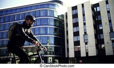 mannelijke , courier, met, fiets, bezorgen, pakketten, in,...