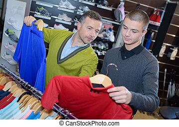 mannelijke , eigenaar, met, leerling, verkoper, in, de opslag van de kleding