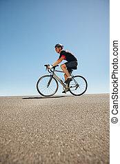 mannelijke , fietser, rijdende fiets, op, plat, straat