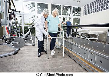 mannelijke , fysiotherapeut, helpen, senior, vrouwlijk, patiënt, met, walker